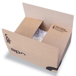 Ein Karton von apotheke.at, welcher mit Maischips als Verpackungsmaterial gefüllt ist